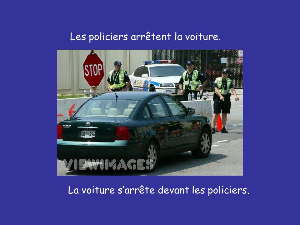 La voiture s'arrête devant les policiers. Les policiers arrêtent la voiture.