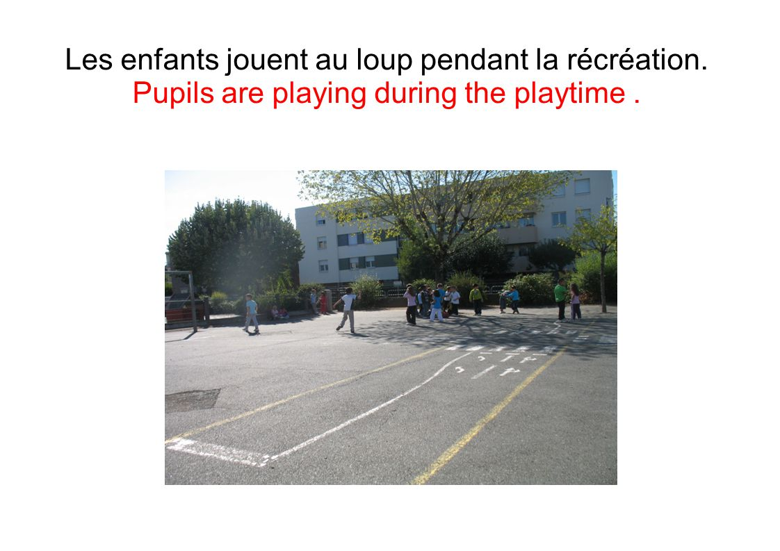 Les enfants jouent au loup pendant la récréation. Pupils are playing during the playtime.