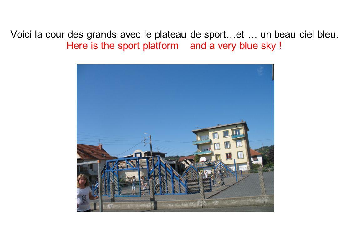 Voici la cour des grands avec le plateau de sport…et … un beau ciel bleu.
