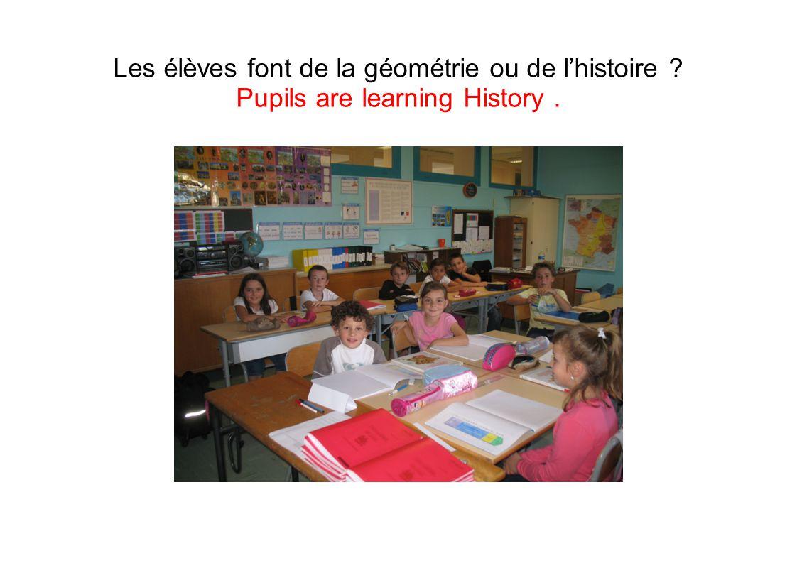 Les élèves font de la géométrie ou de l'histoire ? Pupils are learning History.