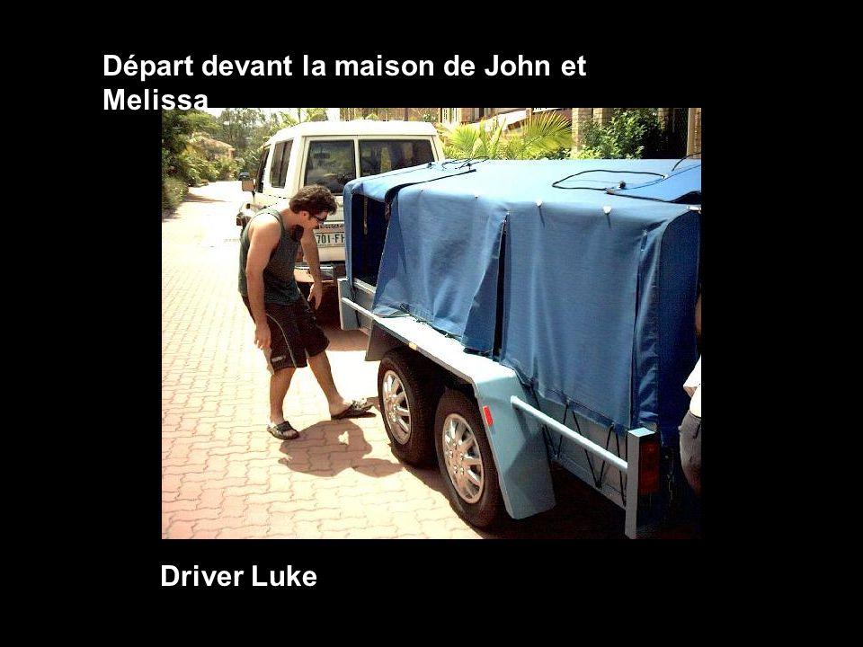 Départ devant la maison de John et Melissa Driver Luke