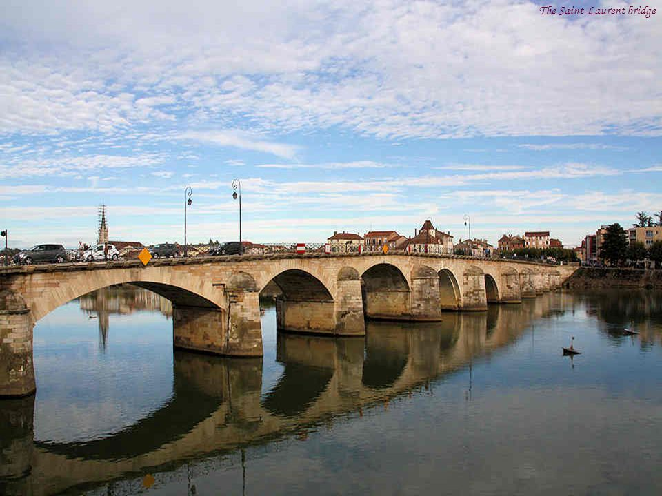 Before Mâcon even existed, there was a ford over the river Saône The Roman legionnaires built a wooden bridge during the conquest of Gaul, but it was not until the 11th century that a stone bridge of only six arches was erected.