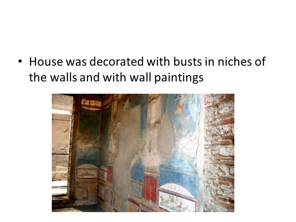 House was decorated with busts in niches of the walls and with wall paintings