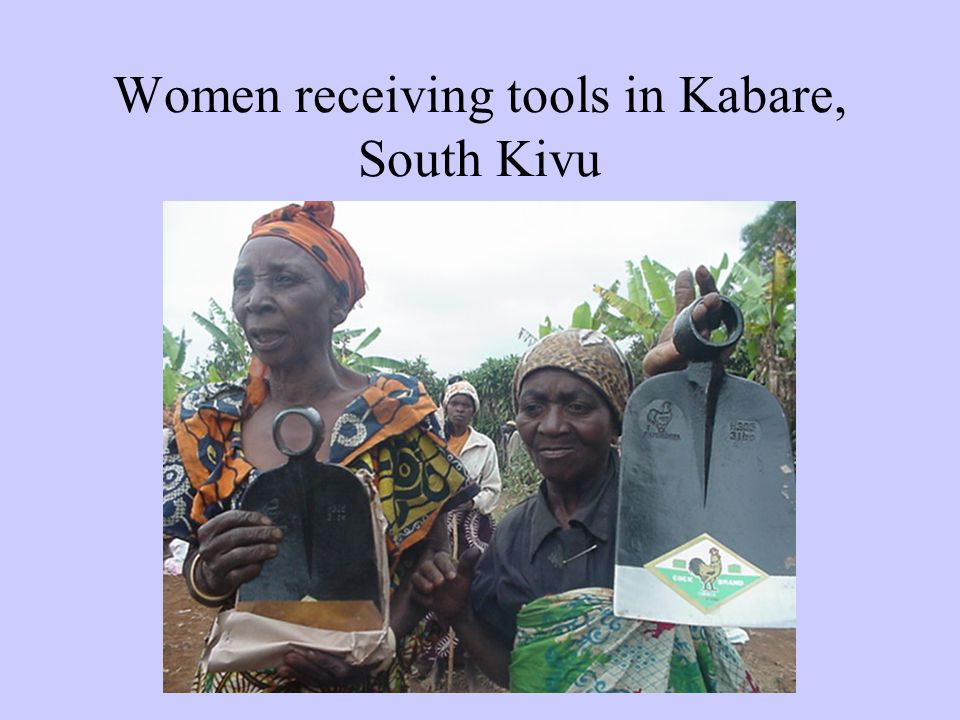 Women receiving tools in Kabare, South Kivu