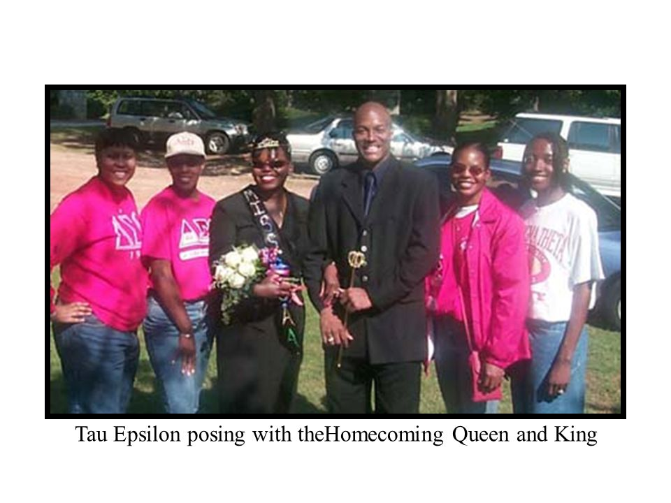 Tau Epsilon posing with theHomecoming Queen and King