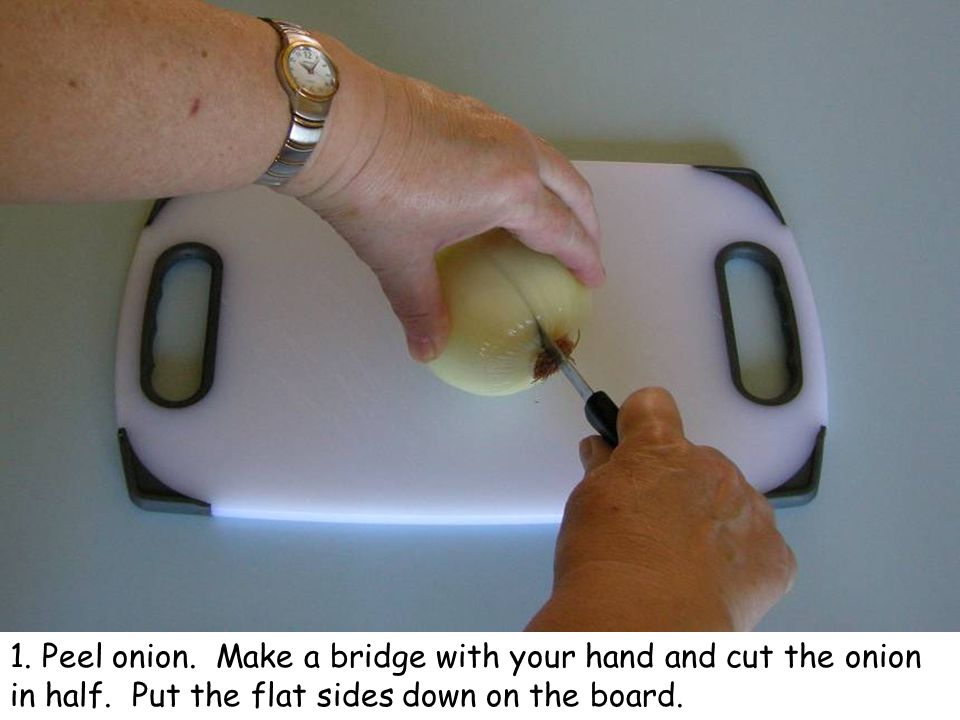 2.Hold the onion firmly, with your hand like a claw.
