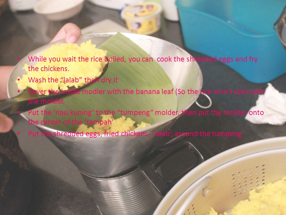 While you wait the rice boiled, you can cook the shredded eggs and fry the chickens.