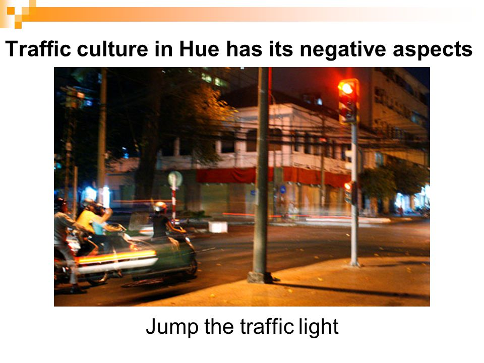 Traffic culture in Hue has its negative aspects Jump the traffic light