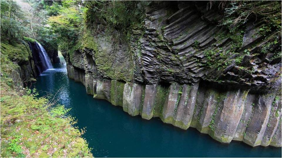 Takachiho Nearby Takachiho, Miyazaki Prefecture, Japan is the Takachiho Gorge, a natural setting that combines four elements of nature to complete an idyllic setting: a river in turquoise crystal clear waters, cliffs of basalt prisms, a waterfall that falls from a cliff and lush vegetation.