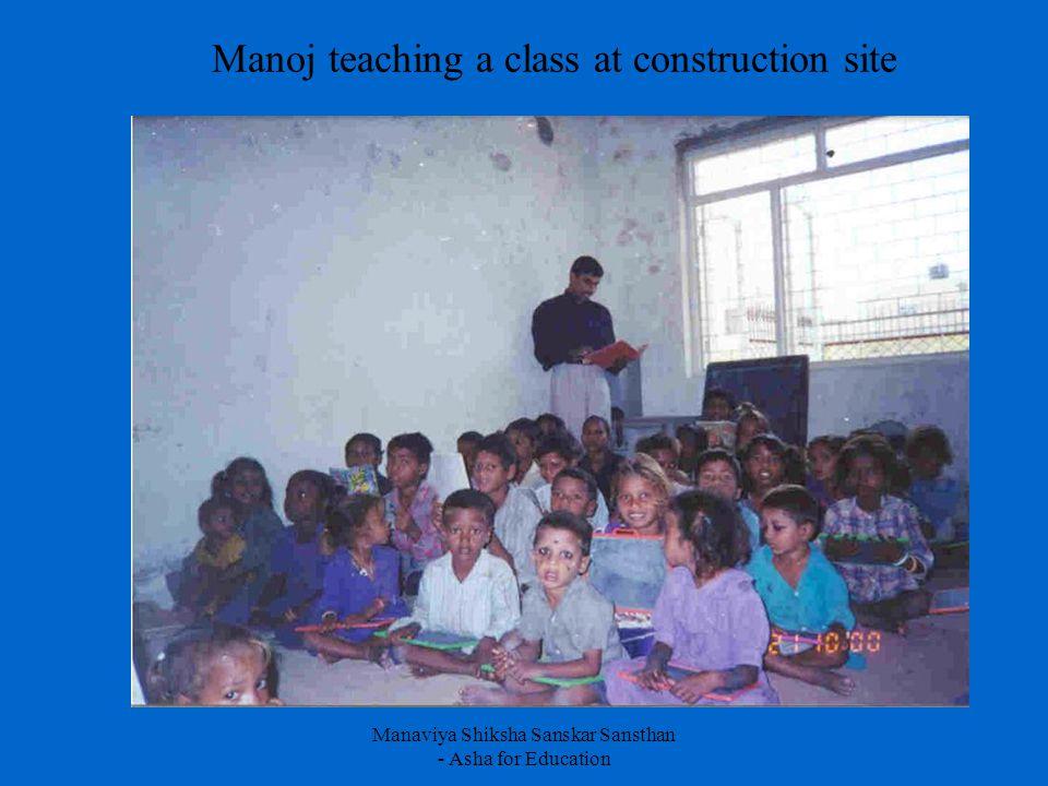 Manaviya Shiksha Sanskar Sansthan - Asha for Education Manoj teaching a class at construction site