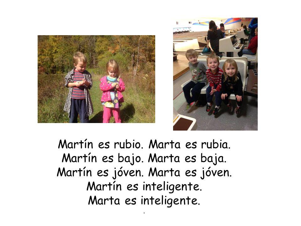 Martín es rubio. Marta es rubia. Martín es bajo.