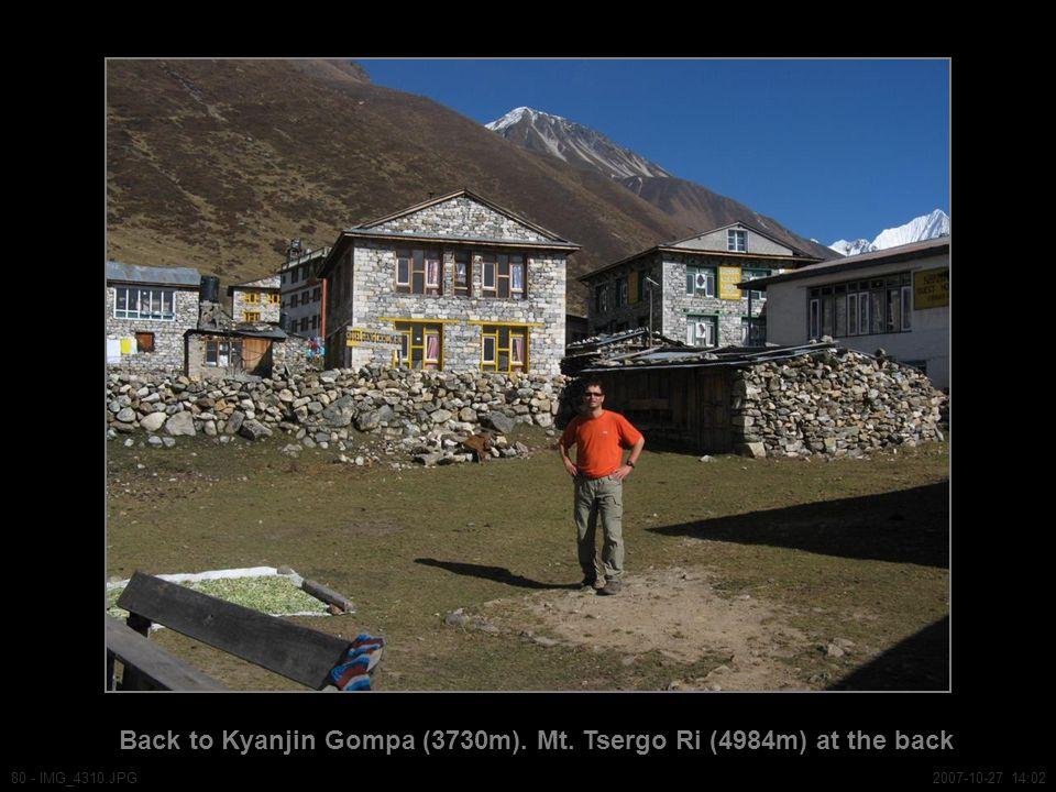 Back to Kyanjin Gompa (3730m). Mt. Tsergo Ri (4984m) at the back 80 - IMG_4310.JPG2007-10-27 14:02