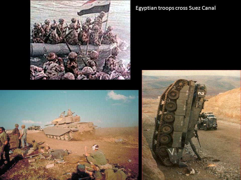 Egyptian troops cross Suez Canal