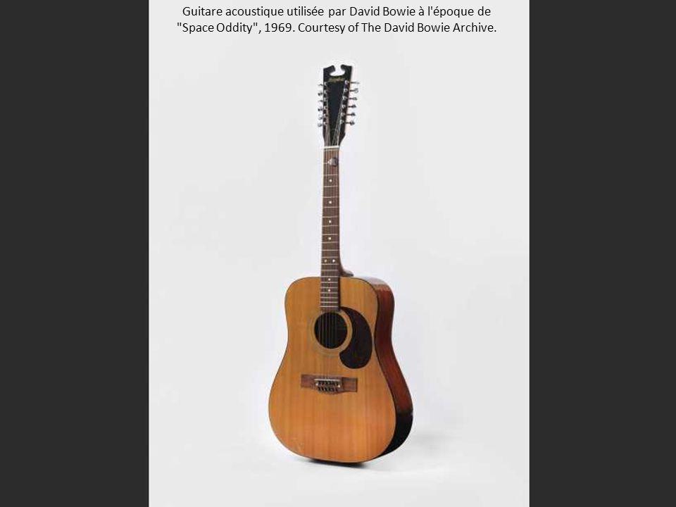 Guitare acoustique utilisée par David Bowie à l époque de Space Oddity , 1969.