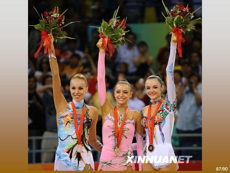 86/90 艺术体操个人全能决赛中,俄罗斯名将卡纳耶娃夺得金牌,白俄罗 斯选手茹科娃和乌克兰选手别兹索诺娃分别获得银牌和铜牌,