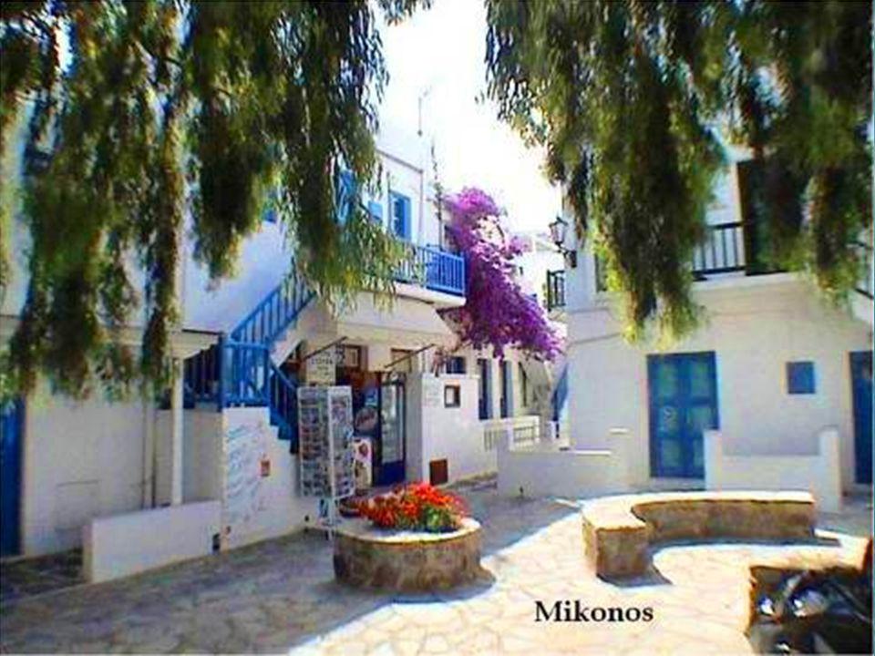 Mykonos tiene tan solo 80 kms cuadrados, esto no le impide ser una de las islas que mayor cantidad de turistas atrae.
