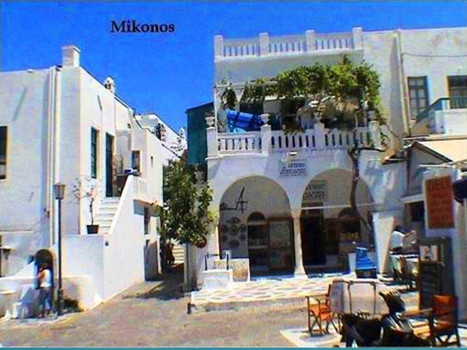 Minúscula, blanca, soleada, llena de diminutas iglesias aisladas y perfumadas por el intenso olor a tomillo, sus callecitas adoquinadas acentúan el azul turquesa del mar Egeo.