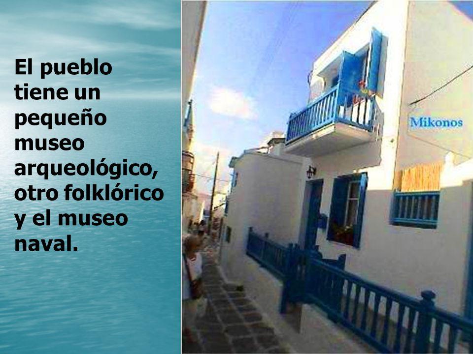 Los Mykonios, desde la antigüedad, debieron ser navegantes y agricultores que vivían dispersos en la isla como así lo es hoy también.