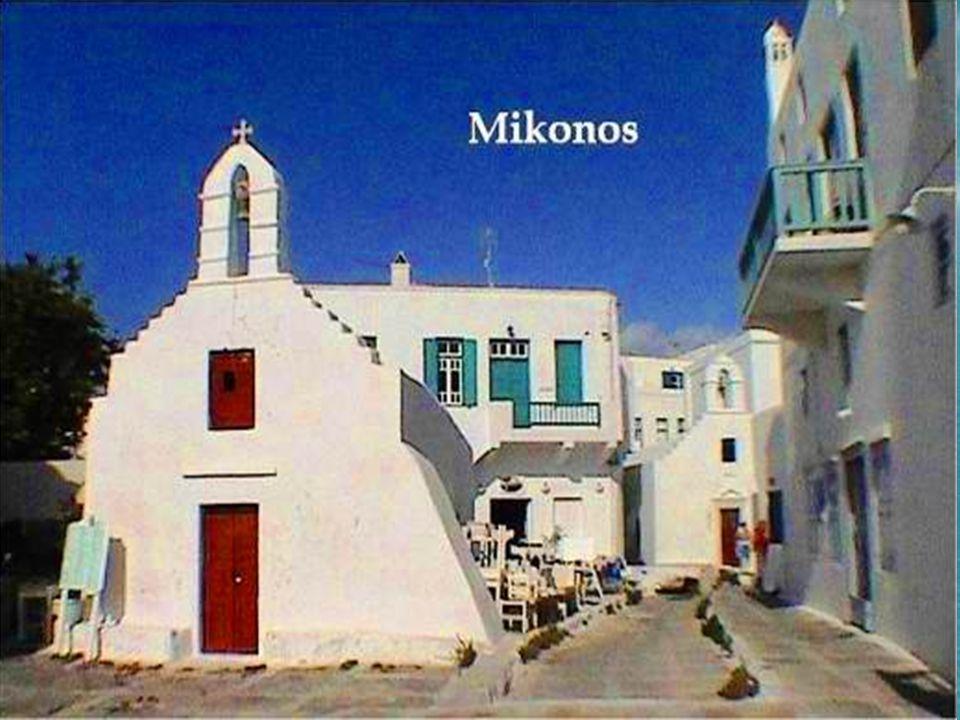 En el barrio antiguo podemos encontrar muchas iglesias antiguas como Santa Elena, Santa Monica, Santa Maria Pirgiani, San Demetrio y Panagia Paraportiani, que, según la tradición, es la más importante de las 400 iglesias y ermitas dispersas en toda la pequeña isla.