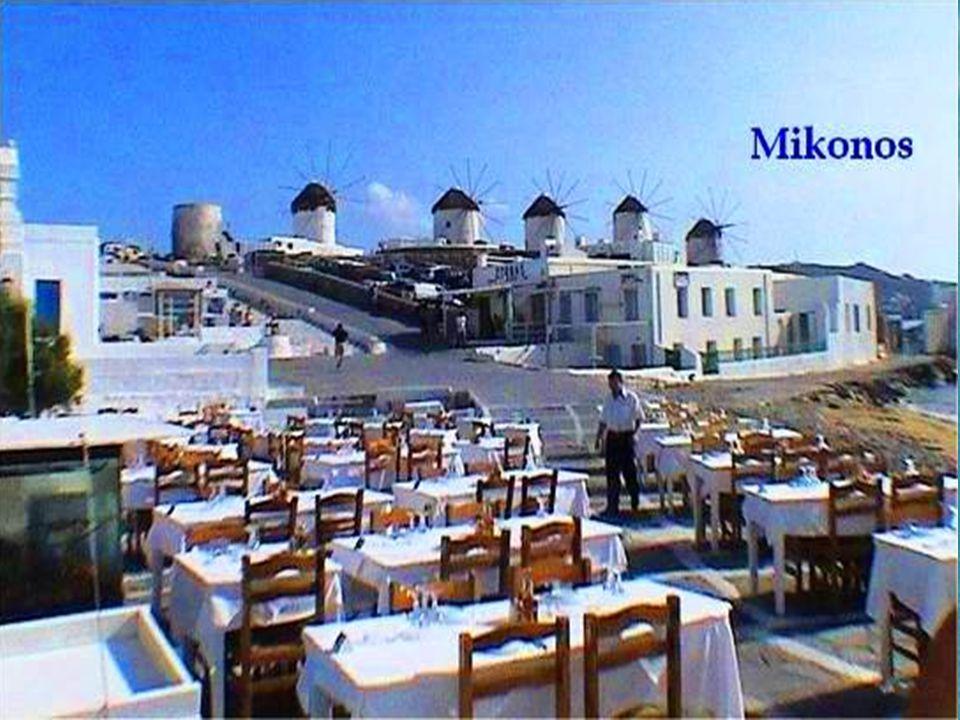 Sobre una gran plaza mirador, se encuentran los famosos molinos de viento, que junto al Pelícano Petros son los símbolos de esta isla.