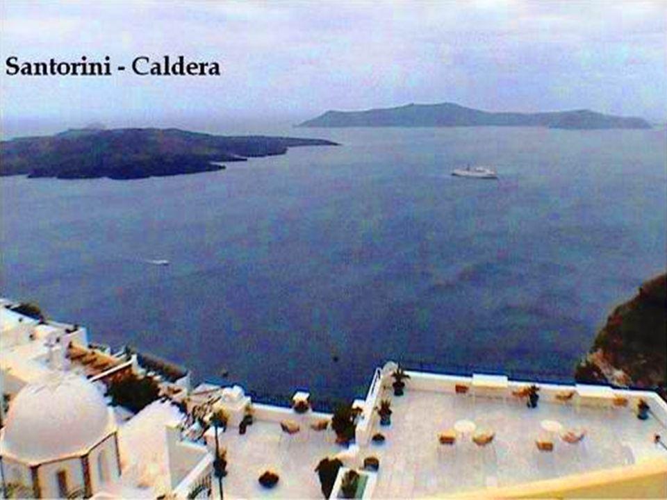 SANTORINI.- Es absolutamente diferente a todas las islas Cycladas o a cualquier isla del Egeo.
