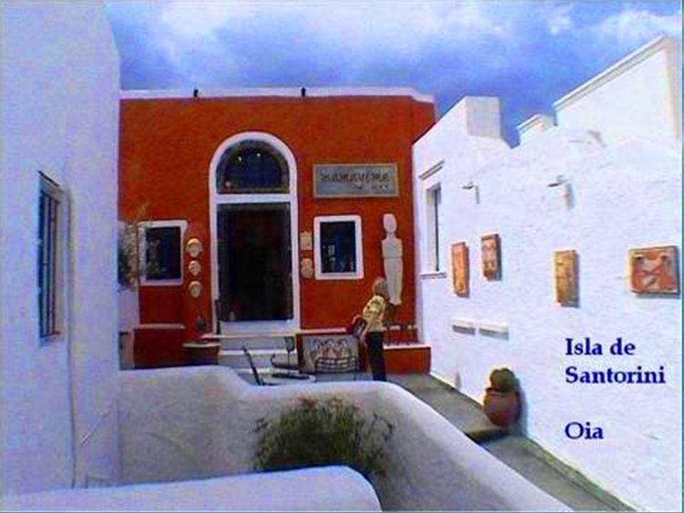 OIA; es un pueblo que conserva toda su tradición y autenticidad de ambiente tranquilo y sosegado, con las casas más bellas de intensos colores sobre la blanca cal, cúpulas, palacios y casas señoriales.