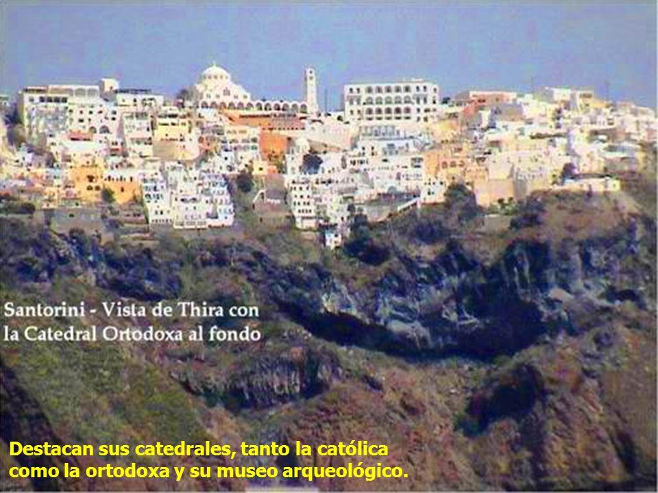 La belleza de Thira se debe al contraste de la roca oscura del lugar con las blancas casitas de una arquitectura única, de casas pequeñas y como salidas de un cuento.