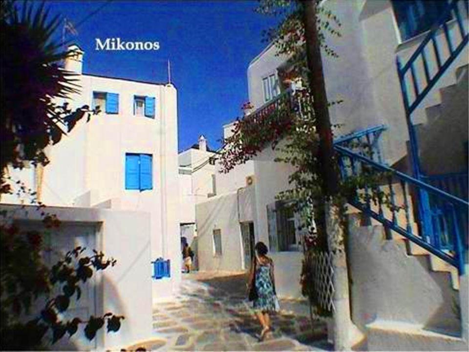 Su capital, Mykonos, destaca por la belleza y magia de sus callejuelas estrechas y laberínticas, casas pintorescas encaladas, las flores que adornan sus balcones, sus arcos y multicolores flores.