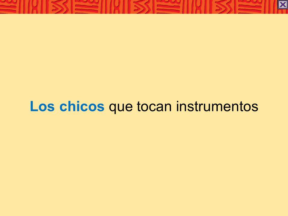 Los chicos que tocan instrumentos