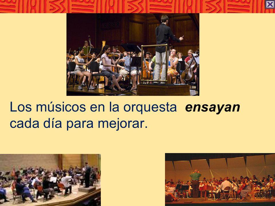Los músicos en la orquesta ensayan cada día para mejorar.