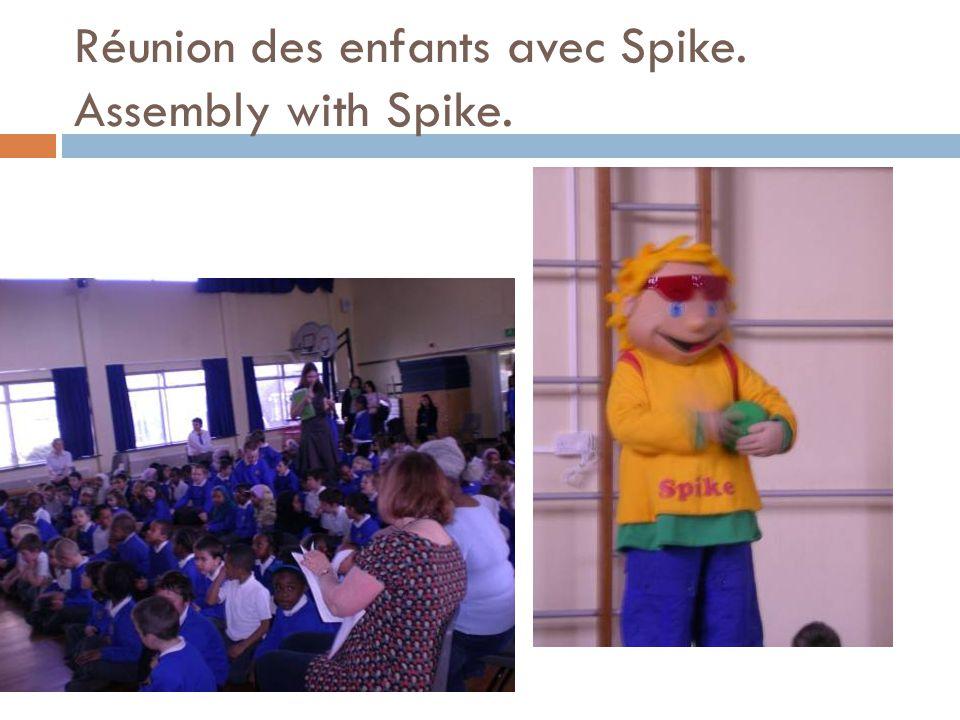 Réunion des enfants avec Spike. Assembly with Spike.