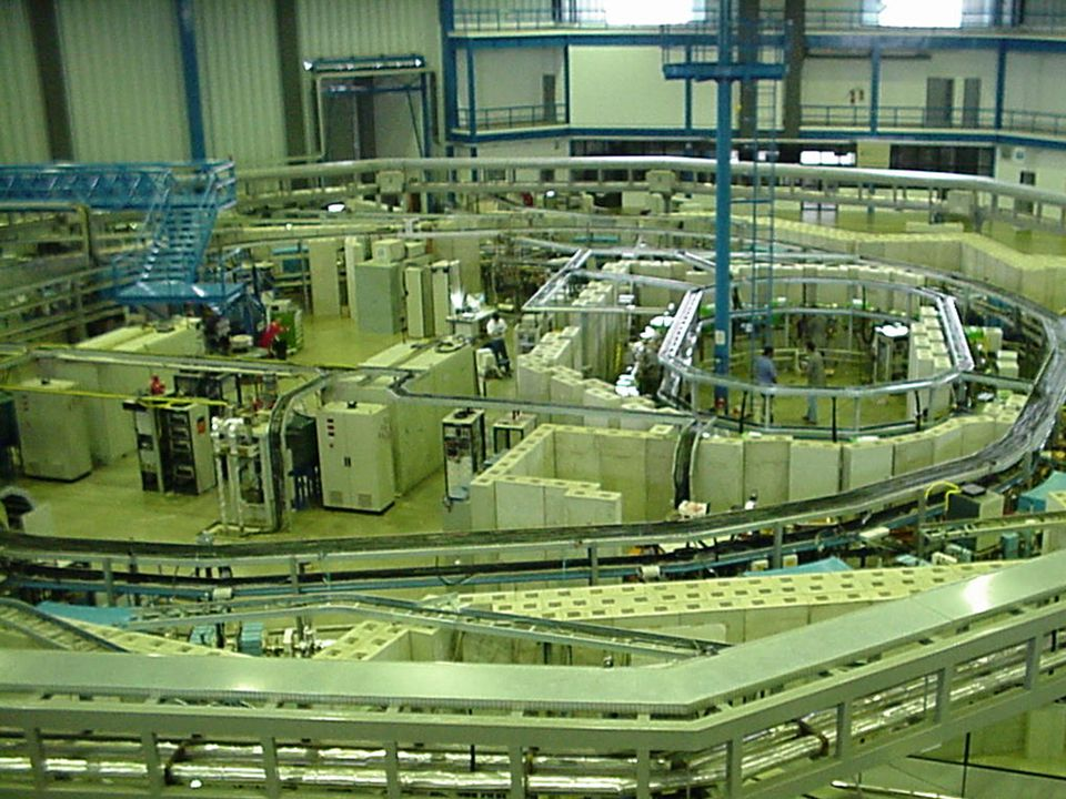 X-ray sources Synchrotron Advantages 10 -4 - 10 -5 rad divergence (3-5 mm @ 4 m) high brilliance wavelength tunable Synchrotron Advantages 10 -4 - 10 -5 rad divergence (3-5 mm @ 4 m) high brilliance wavelength tunable