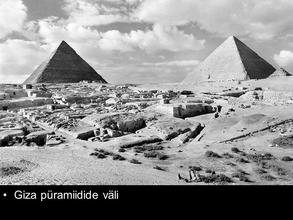Giza püramiidide väli