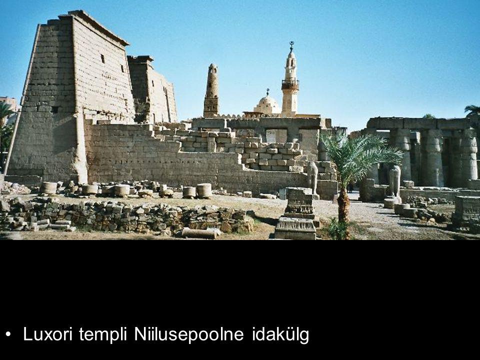 Luxori templi Niilusepoolne idakülg