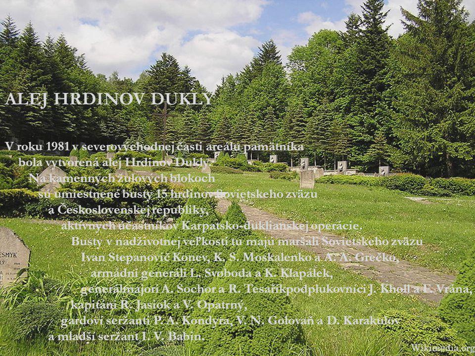 ALEJ HRDINOV DUKLY V roku 1981 v severovýchodnej časti areálu pamätníka bola vytvorená alej Hrdinov Dukly. Na kamenných žulových blokoch sú umiestnené