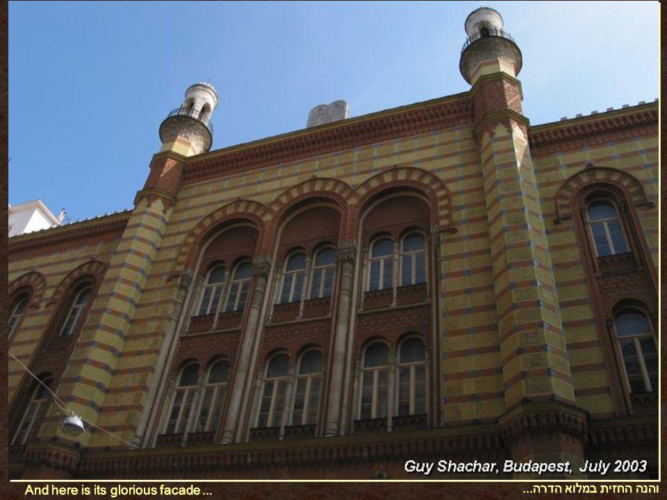והנה החזית במלוא הדרה... And here is its glorious facade...