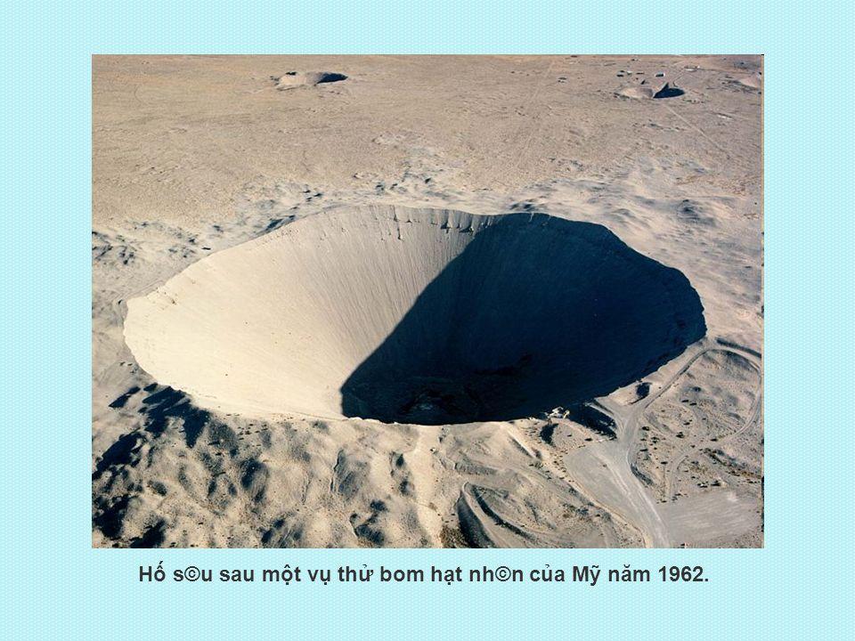 Hố s©u sau một vụ thử bom hạt nh©n của Mỹ năm 1962.