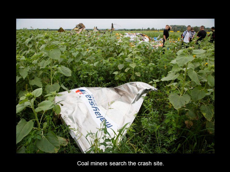 « Previo us Next » Wreckage from Flight 17 lies in a field in Shaktarsk, Urkaine on July 18.