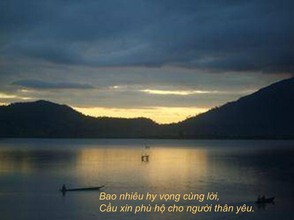 Từ em theo thuyền đi… Trên bến cũ, Mẹ từng đêm quỳ lạy, Ba từng ngày ngóng đợi tin vui,