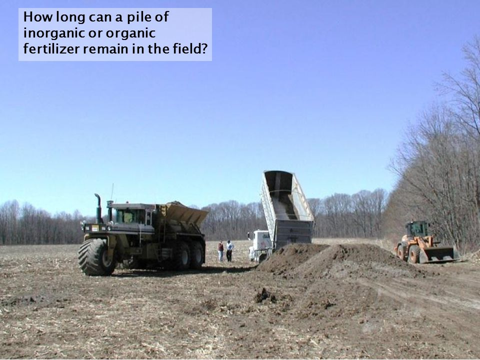 How long can a pile of inorganic or organic fertilizer remain in the field
