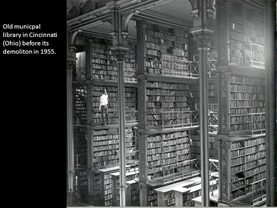 Old municpal library in Cincinnati (Ohio) before its demoliton in 1955.