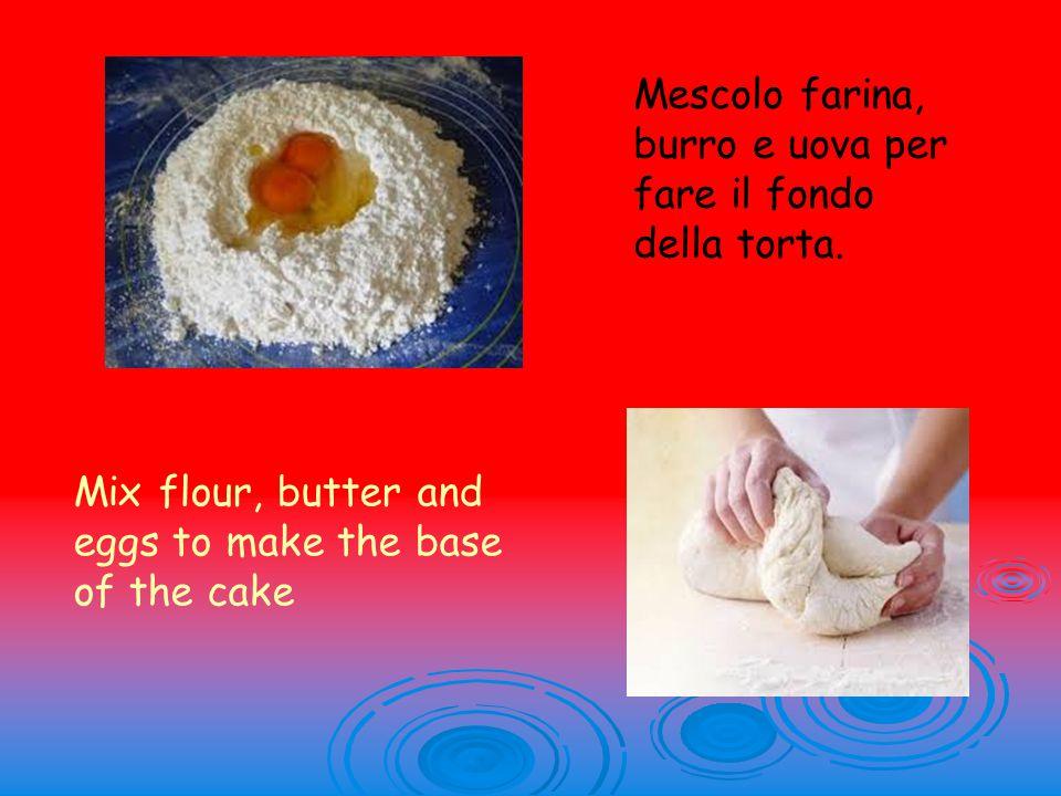 Mescolo farina, burro e uova per fare il fondo della torta.
