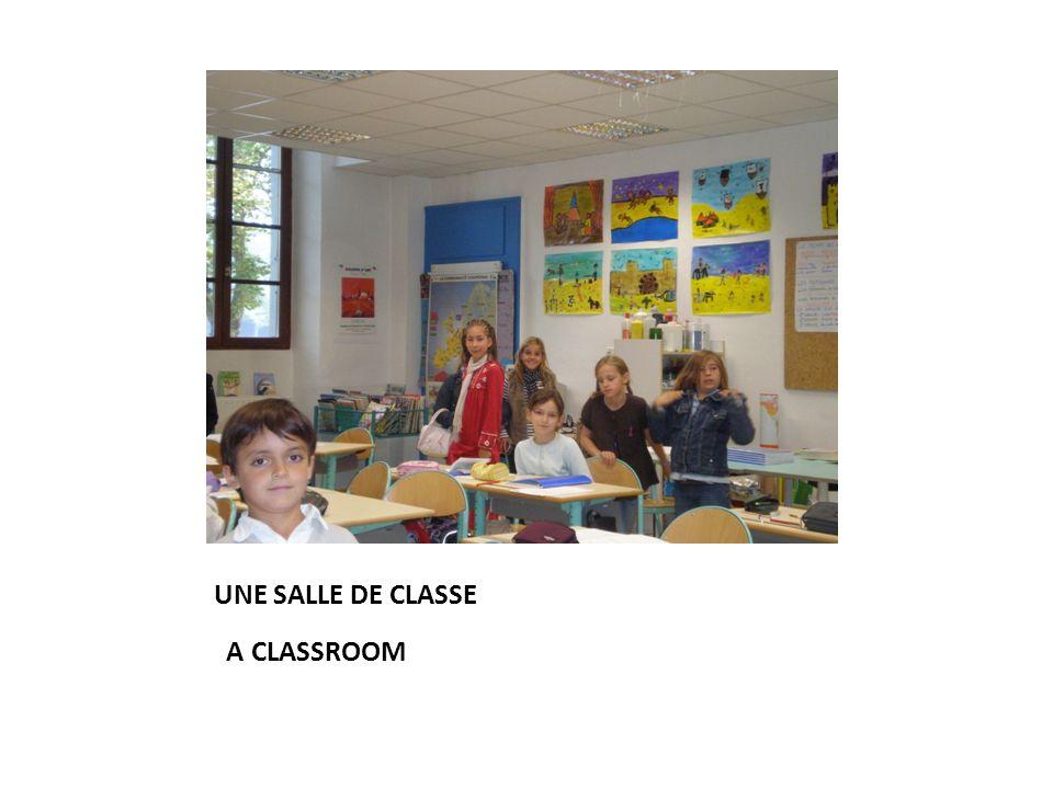 UNE SALLE DE CLASSE A CLASSROOM