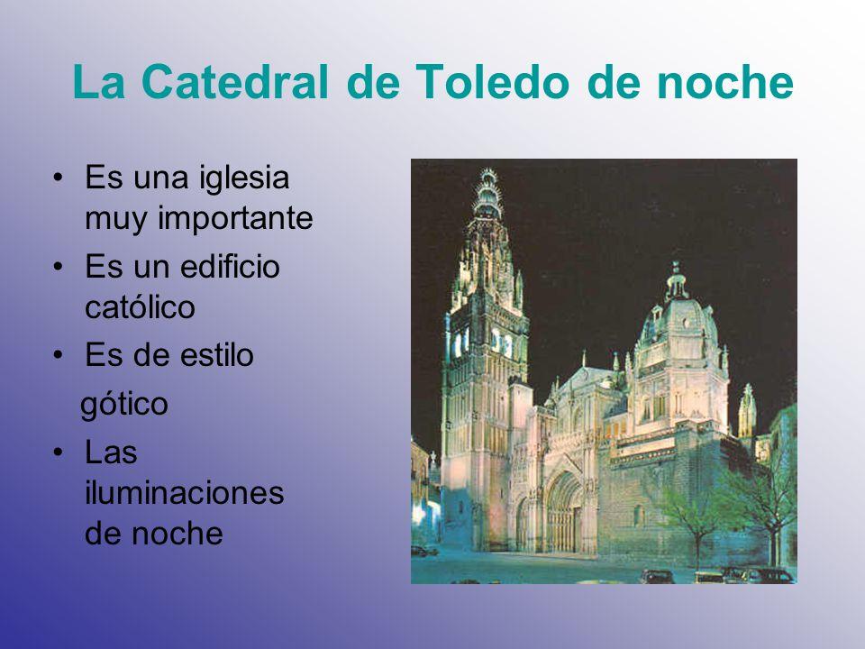 La Catedral de Toledo de noche Es una iglesia muy importante Es un edificio católico Es de estilo gótico Las iluminaciones de noche