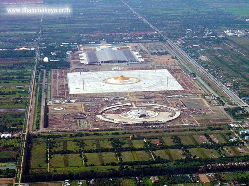 Cách thủ đô Bangkok 16 cây số về phía bắc là Trung Tâm Phật Giáo Dhammakaya, nổi tiếng khắp thế giới với kiến trúc đồ sộ chưa từng có, gồm m ột Phật đài 300.000 pho tượng và một thiền đường dung chứa 1.000.000 người.