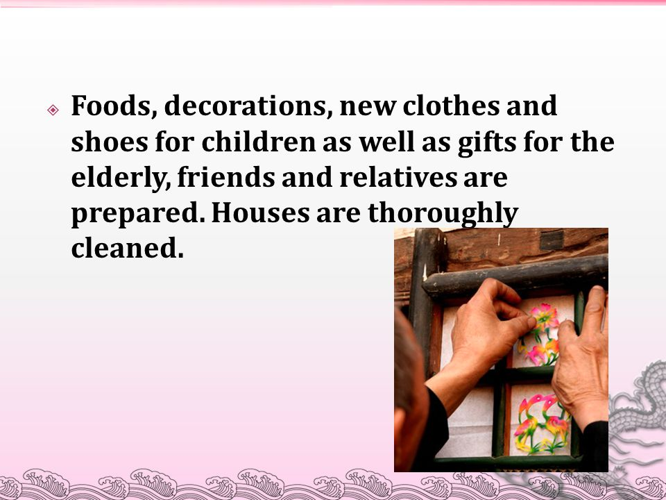  Foods, decorations, new clothes and shoes for children as well as gifts for the elderly, friends and relatives are prepared.