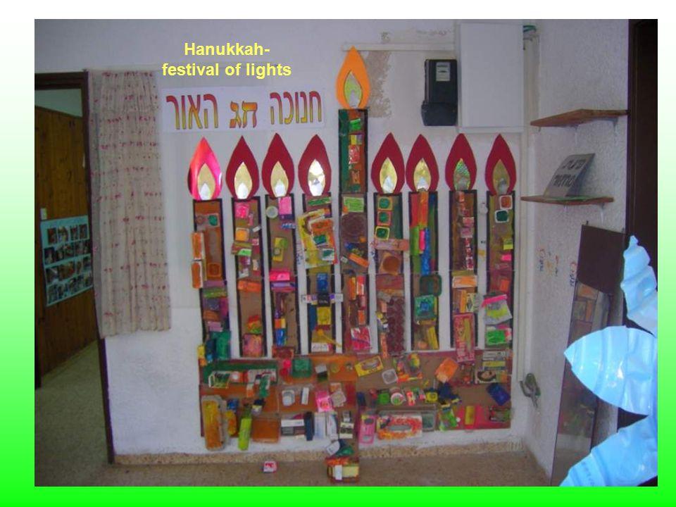 אור, ליאור ואורי הצטלמו ליד החנוכייה העשויה מחומרים ממוחזרים Or Lior and Ori took a photo near the recycled materials Menorah