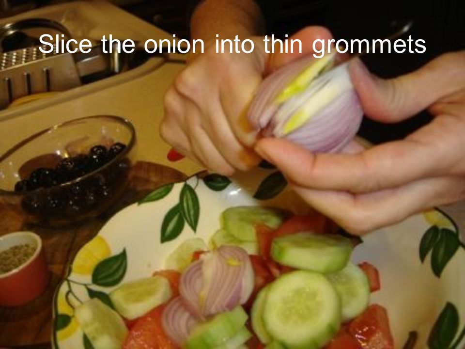 Slice the onion into thin grommets