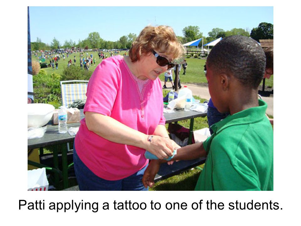 Patti applying a tattoo to one of the students.