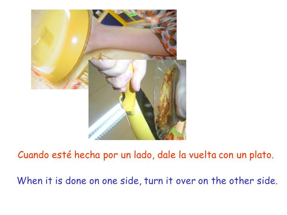A Añade el huevo a la patata y cebolla y fríe a fuego lento.